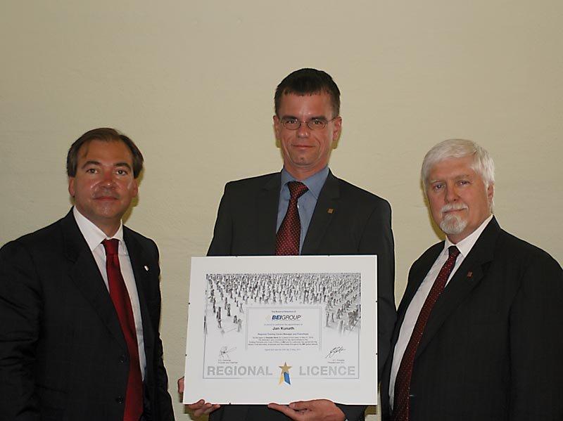 Jan Kunath (Mitte) mit den BEI-Gründern Andreas C. Fürsattel und Gil R. Ostrander