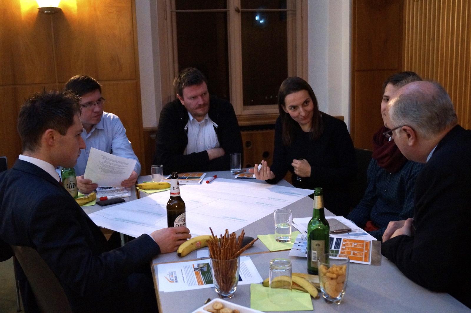 Die Teilnehmer arbeiten am Business Modell Canvas